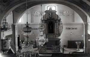 Oltár darovaný Smrečániovcami  a Okoličániovcami pri svadbe ich deti a farárom Matúšom Blahom, ktorý ich sobášil.