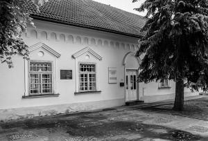 Stará fara – pôvodné sídlo vrbicko-svätomikulášskych farárov, aj sídlo M. M. Hodžu a spolu Tatrín, ktorý má dnes v týchto priestoroch múzejnú expozíciu