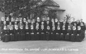 Diakonisy Československa;  prvá zľava v hornom rade je Mária Kmeťová – prvá mikulášska zborová diakonisa